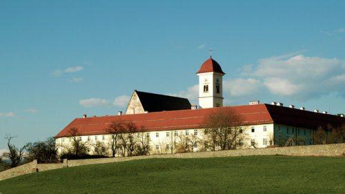 Inmitten des Stiftes St. Georgen steht die Pfarrkirche (Foto © KH Kronawetter)