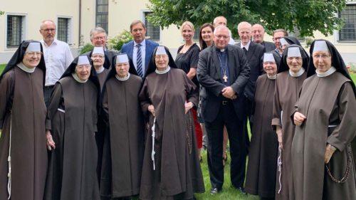 Der Apostolische Administrator, Bischof Dr. Werner Freistetter, mit den Elisabethinenschwestern, der KH-Seelsorge und der Kollegialen Führung des EKH - (Foto: EKH-Klagenfurt)