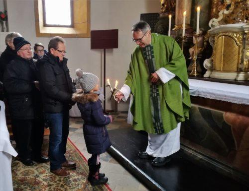 Blasiussegen • Blažev žegen: Lina Skof begleitet von ihrem Opa (Pfarrarchiv Neuhaus-Suha)