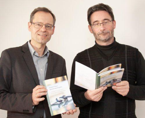 """Die Theologen Michael Kapeller (l.) und Klaus Einspieler mit der neuen Publikation """"Knoten lösen. Beziehung knüpfen"""" Foto: Sonntag/Georg Haab"""