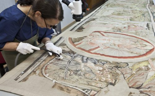 Restaurierung des Gurker Fastentuches: Gemälderestauratorin Brigitte Futscher bei der Arbeit Foto: BDA/Petra Laubenstein