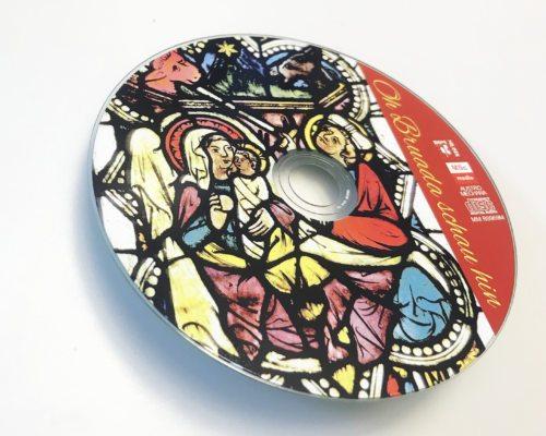 Auf der Weihnachts-CD ist eine Glasfensterdarstellung an St. Leonhard im Lav. zu sehen. (Foto: Ellersdorfer / CD-Foto: KH Kronawetter)