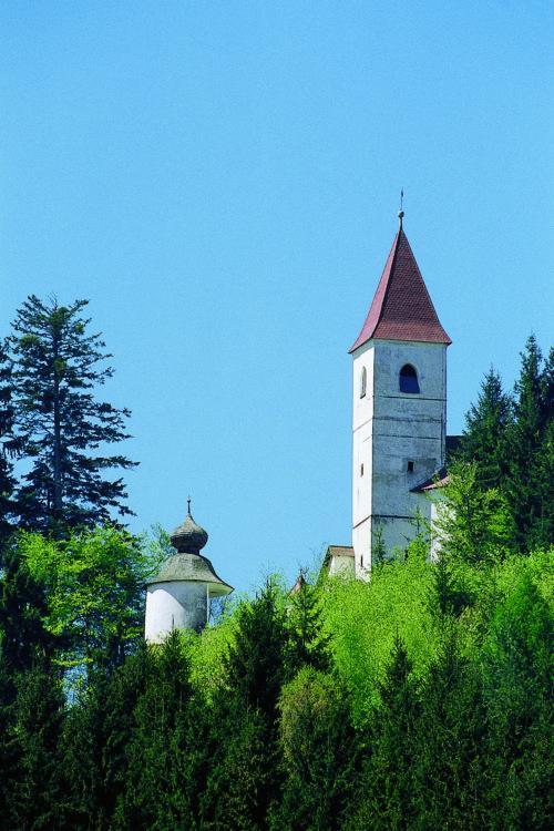 """Die Wallfahrtskirche und die Christopherus-Kapelle am Christofberg (© Foto: assam/pressestelle; entnommen der Broschüre """"Heilige Berge"""" der Pressestelle)"""