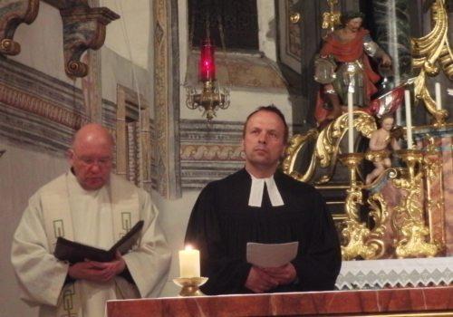 Herren Pfarrer Gfrerer und Isensee (© Foto: Sabine Zehentner)