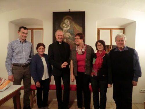 Foto v.l.n.r.: Josef Walker, Ruth Kronabetter, GV Engelbert Guggenberger, Renate Eineter, Maria Wastian, Pfarrer Hans Peter Blümel (© Foto: Sommer)
