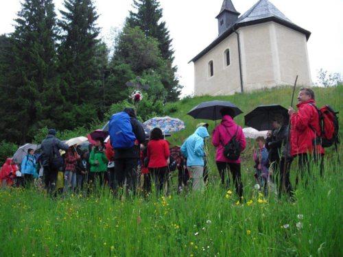 Pilgernd auf dem Weg zur Kirche. (© Foto: Heidi Mitterer)