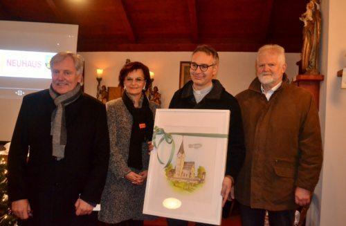 Pfarrvorsteher Mag. Michael Golavčnik wird das Geschenk der Gemeinde Neuhaus überreicht (Foto: OStR. Mag. Karl Pölz)