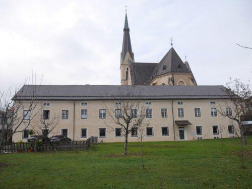 Das Gebäude des Franziskanerklosters wurde umfassend renoviert und umgebaut. Im Erdgeschoß befinden sich nun auch die Räumlichkeiten der Pfarre. Foto: Diözesane Bauabteilung/Obernosterer