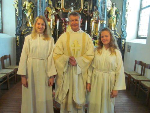Pfarrer Dechant Zoltán Papp mit Ministrantinnen Klara Kuchling und Carina Smeritschnig (Bild: Klaus Smeritschnig)