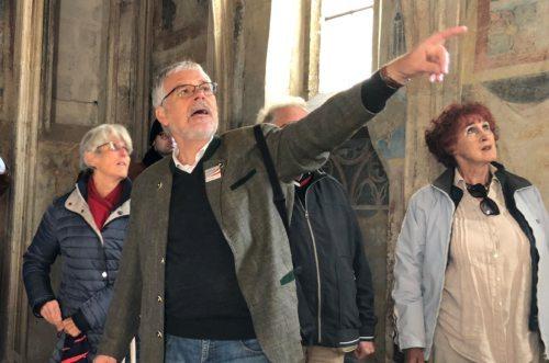 Der engagierte Reiseleiter mit interessierten Zuhörern in Stein (c) St. Egid