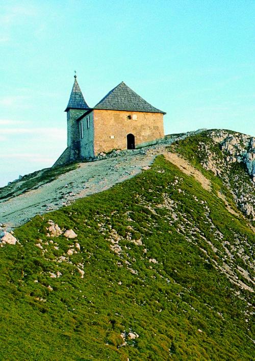 """Die deutsche Kapelle """"Hl. Maria am heiligen Stein"""" am Dobratsch (© Foto: assam/pressestelle; entnommen der Broschüre """"heilige Berge"""" der Pressestelle)"""