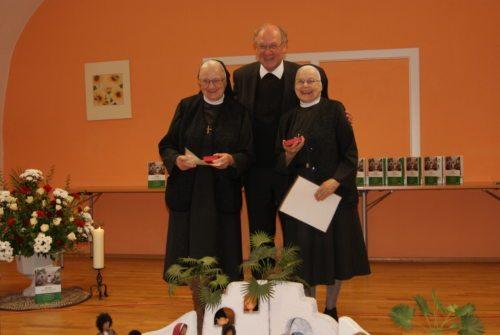 Mit allen Beteiligten feierte Bischof Dr. Schwarz ein Dankfest und würdigte das Werk der Schwestern. (© Foto: Schulamt)