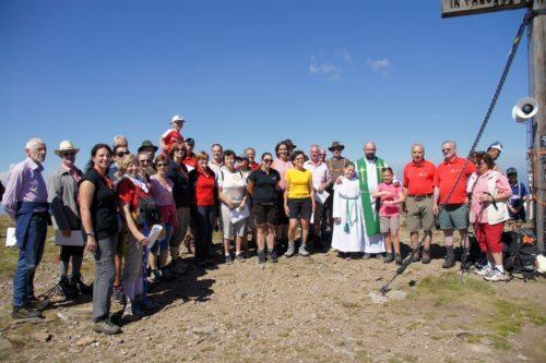 Der Singkreis Thürn und Pfarrer Maciej Kedziora freuen sich schon auf viele Sänger, Wanderer und Mitfeiernde Foto: Mag. Christian Smolle