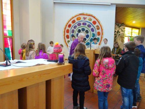 Die Kinder versammelten sich beim Evangelium mit einer Lichterschale und das Abo. (© Foto: Fotoalfa_DoBo)