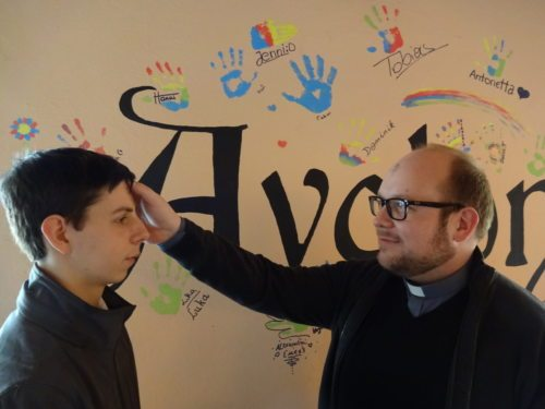 P. Marian bezeichnet einen Jugendlichen mit dem Aschenkreuz (© Foto: KJ Lavanttal)