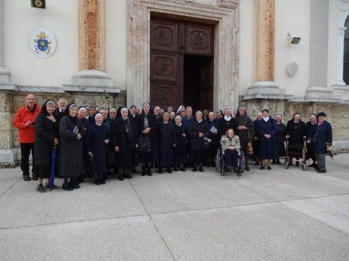 Die Gruppe der Kärntner Ordenschristen vor der Basilika (Foto: Sr. Pallotti)
