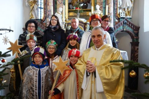 Gruppenfoto mit einer Delegation der Sternsinger in der Pfarrkirche Sternberg. (© Foto: Edith Strauss)