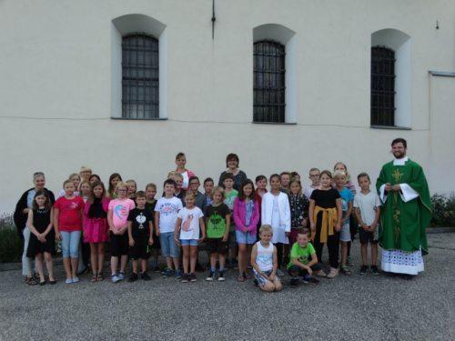Volksschule Ettendorf mit P. Petrus (foto:mw)