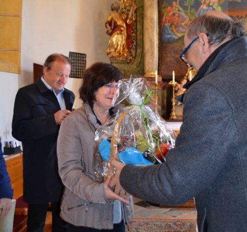Kirchenchorleiter Dr. Engelbert Logarüberbringt Glückwünsche zum Geburtstag (Foto/slika: Eva Kogelnik)