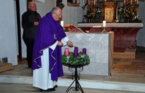 Die erste Kerze wird entzündet. / Prva sveča že gori. (Klaus Jähnisch)