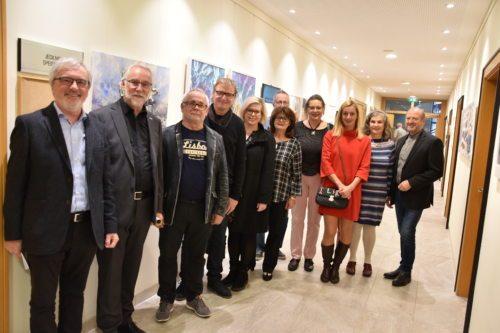 Velikovški umetniki in umetnice z ravnateljem Caritas Marketzom (drugi od leve) in moderatorjem Raimundom Grilcem (prvi od leve) pred umetninami, ki so jih umetniki in umetnice ustvarjali v Tednu srečanja. Foto: Rihter