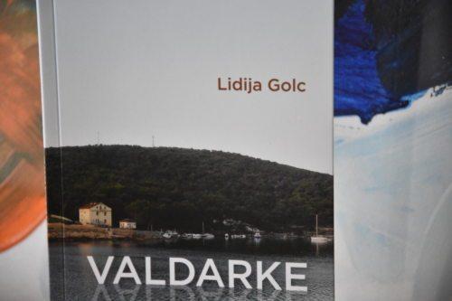 Nova pesniška zbirka Lidije Golc o vasi na morju. Pesmi so prevedene v angleščino, hrvaščino, italijanščino, nemščino in ruščino. (Foto: Rihter/Nedelja)