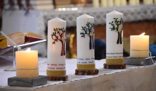 Die Namen der Erstkommunionskinder auf den gestalteten Kerzen. (Foto: G. Mischitz)