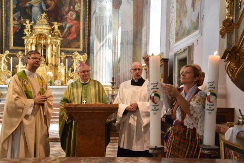Apostolski administrator Freistetter blagoslavlja misijonski sveči. (Nedelja)