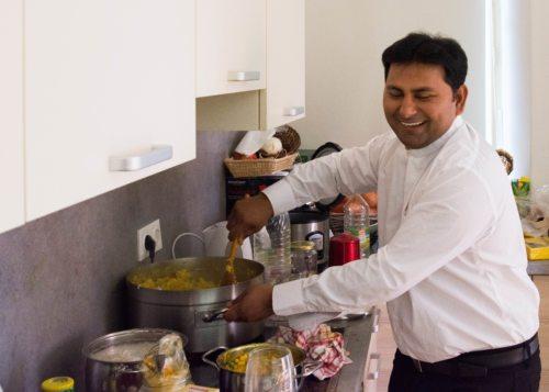 Pater Vijaya Madanu beim Kochen für 45 Personen  (© Foto: Helmut Stefan )