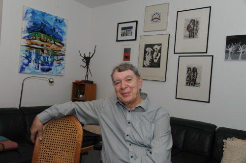 Hans Mosser s pesmijo gradi mostove med obema narodoma na Koroškem. Koroški Slovenci so ga odlikovali z Einspielerjevo nagrado (2002), dežela Koroška pa s počastitveno nagrado (2019) za njegove zasluge pri krepitvi sožitja med obema narodoma v deželi. (Nedelja)