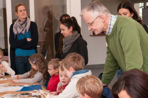 Pfarrer Josef-Klaus Donko unterstützt die Kinder beim basteln, (© Foto: gezanetwork.com)