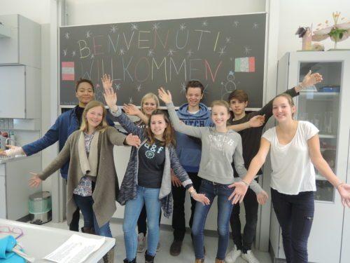 Schüler und Schülerinnen des Bischöflichen RG/ORG St. Ursula begrüßen herzlich die italienischen Gäste (© Foto: A. Kronawetter)