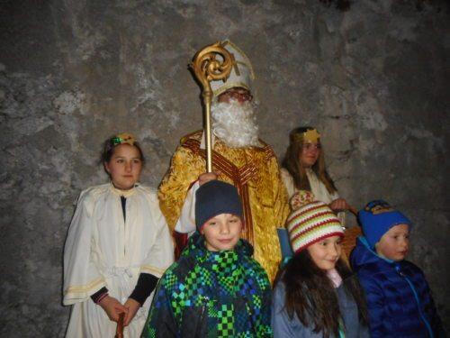 Auch der Nikolaus kam und brachte den Kindern etwas gutes mit... (© Foto: Brigitte Lugger)