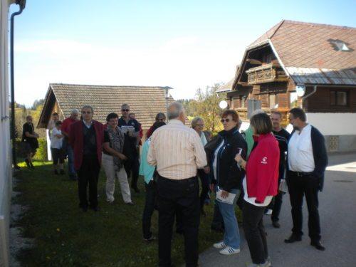 Srečanje pred cerkvijo v Boji vasi - Treffpunkt vor der Kirche in Pfannsdorf (© Foto: slike: cm)