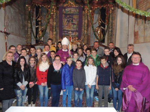 Bischof Dr. Alois Schwarz mit den Firmlingen aus St. Philippen und Sittersdorf  (© Foto: Karnitschar S. )