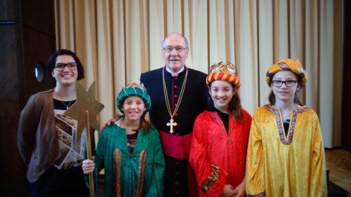 Martina Erlacher, Elena Grassl, Bischof Schwarz, Laura Grassl, Sophia Schmied (© Foto: Kath.Jungschar)