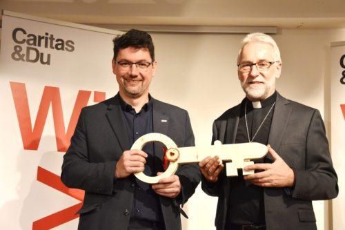 Ernst Sandriesser (levo) in škof Jože Marketz ob predaji ključa koroške Caritas. Foto: Rihter / Nedelja