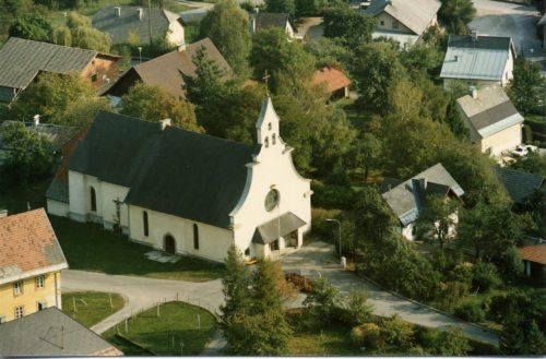 Flugaufnahme von St. Leonhard (Pfarrarchiv)