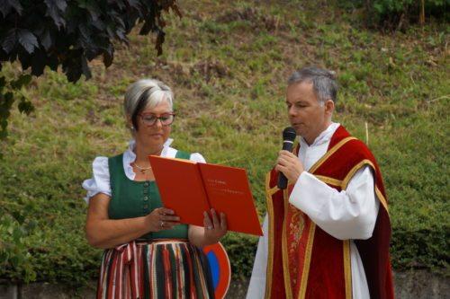 Pfarrer Gabor Köbli mit Sigrid Karl bei der 1. Station, (Foto Martina Trampitsch)
