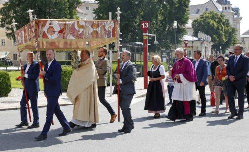 Bischof Schwarz leitet die Fronleichnamsprozession der Klagenfurter Stadtpfarren. Foto: Pressestelle/Eggenberger