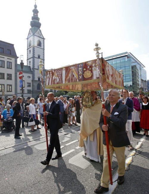 Bischof Schwarz leitet die Fronleichnamsprozession der Klagenfurter Stadtpfarren von der Klagenfurter Domkirche zur Stadthauptpfarrkirche St. Egid (im Bild: Fronleichnamsprozession 2017). Foto: Pressestelle/Eggenberger