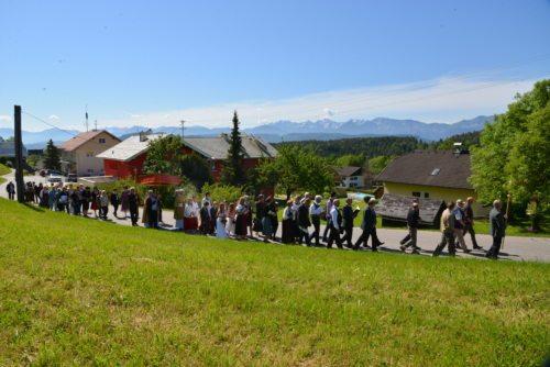 Die Prozession führte durch den Ort St. Martin am Techelsberg (© Foto: Michael Habernigg)