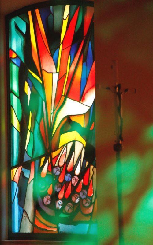 Darstellung des Pfingstereignisses (Apostelgeschichte Kap. 2) auf einem der Fenster von Rudolf Szyskowitz in unserer Seminarkapelle. Ebenfalls zu sehen ist unser (Vortrage-)kreuz. (Priesterseminar / Stefan Ulz)