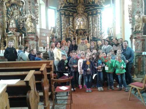 Erstkommunionkinder und Paten beim Gottesdienst in Maria Rojach (© Foto: Theresia Feistritzer)