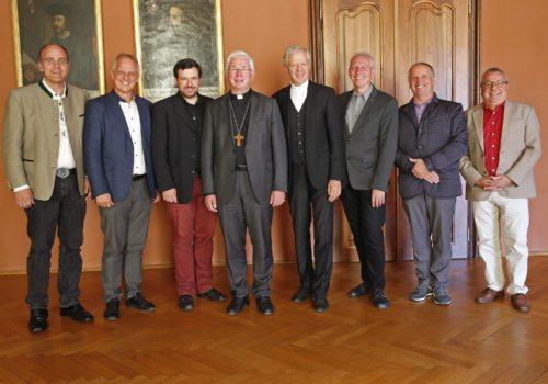 Erzbischof Lackner und Diözesanadministrator Guggenberger mit den sechs Weihekandidaten Günther, Krainer, Mokoru, Hohenberger, Adlassnig und Feimuth (v. l.); Foto: Pressestelle/Eggenberger