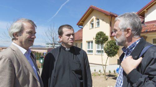 Diözesanpartnerschaftskoordinator Kurt Haber (li.) und Seelsorgeamtsdirektor Josef Marketz (re.) im Gespräch mit Caritas.. Simic (Sarajevo) (© Foto: Elisabeth Peutz)
