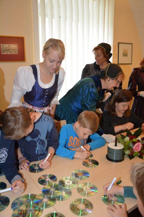 """Mehrere Generationen gestalteten die """"Pforte der Barmherzigkeit"""" in St. Andrä mit. (© Foto: Stadtpfarre St. Andrä )"""