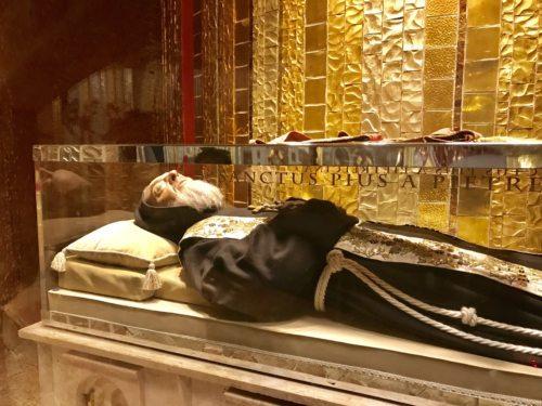 Der unverweste Leichnam des Hl. Pater Pio (© Foto: Kaplan Christoph Kranicki/Reisegruppe)