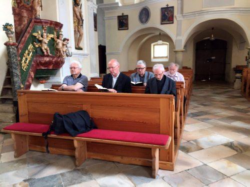 Gemeinsam wird in der Kirche die Vesper gebetet. (© Foto: Pfr. Josef Damej)