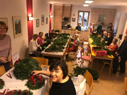 Eine ganz besondere Tradition: Adventkranzbinden in Pörtschach (Foto: Pfr. Joseph Mula)